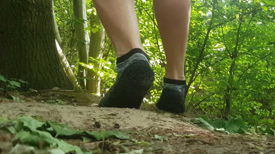 Die Skinners am Fuß bei einer Wanderung im Wald