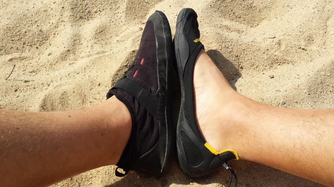 Links ein Barfußschuh (Sole Runner FX Trainer) / Rechts ein Zehenschuh (Vibram)