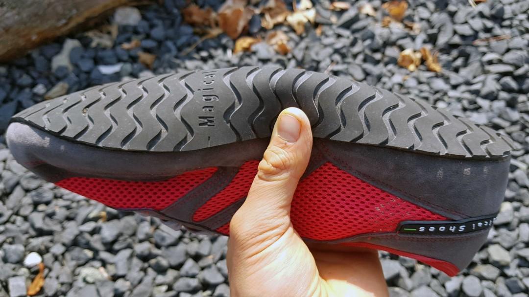 Die Sohle vom Magical Shoes Explorer lässt sich leicht zusammendrücken