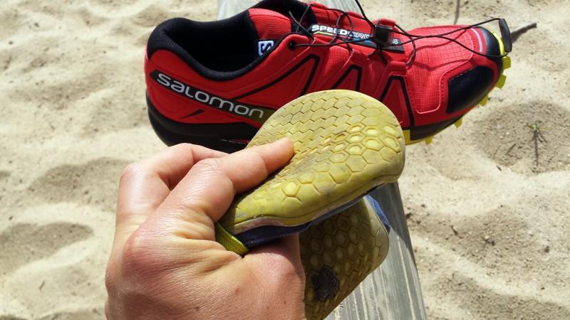 Die Sohle bei Barfußschuhen lässt sich flexibel in jede Richtung biegen.