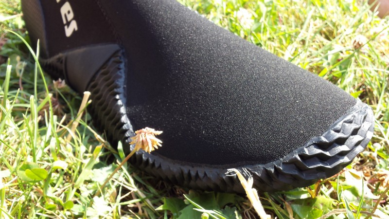 Der Schuh hat eine weite Zehenbox und bieten dem Fuß ausreichend Freiheit
